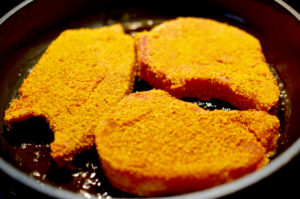Panierte Koteletts in der Pfanne