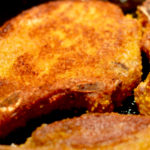 Perfekt gebratene Koteletts mit Panade